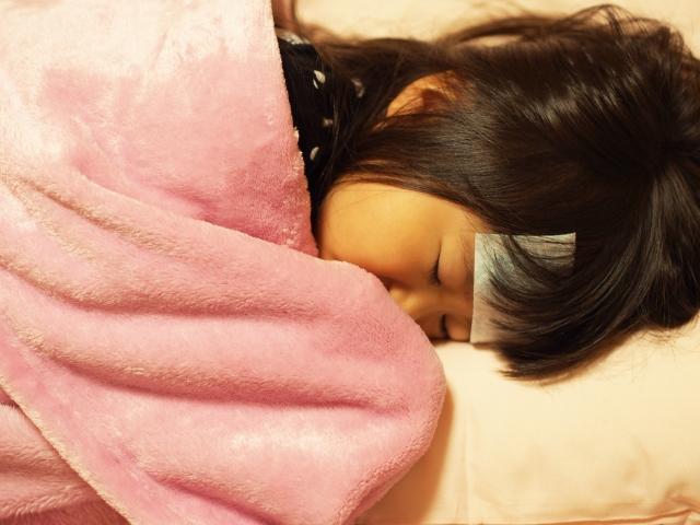 病気で寝込む女の子